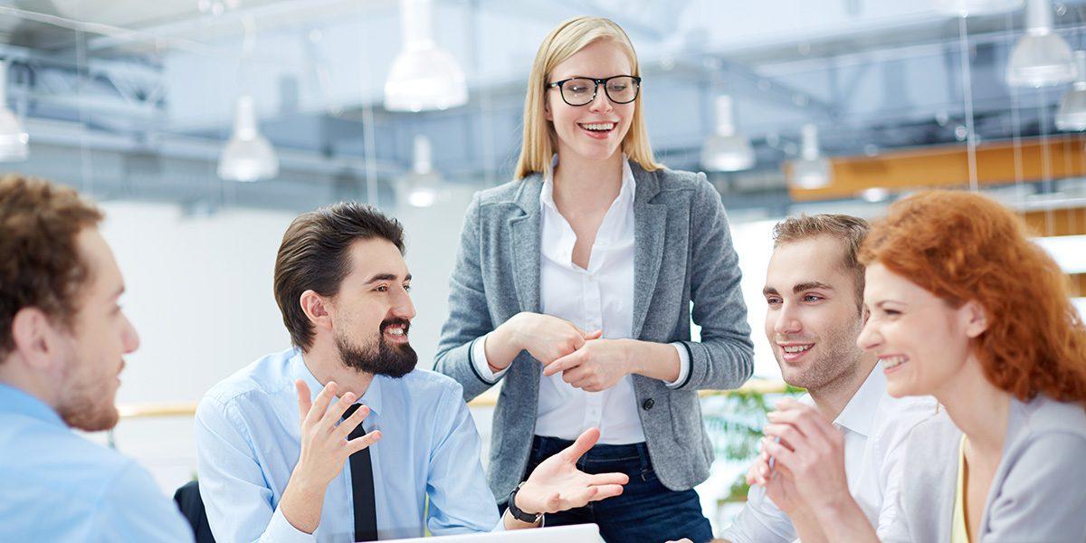 Ryhmä työntekijöitä tyoyhteisötilanteessa